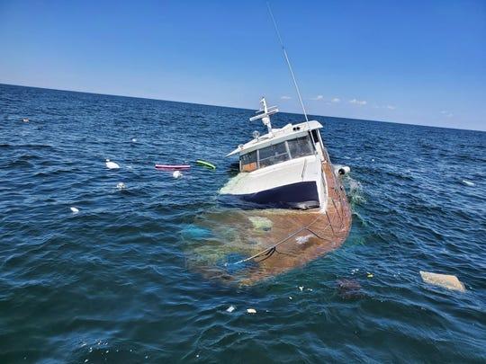 ¡Por poco! La Guardia Costera rescata a 5 personas y un perro que se hundían
