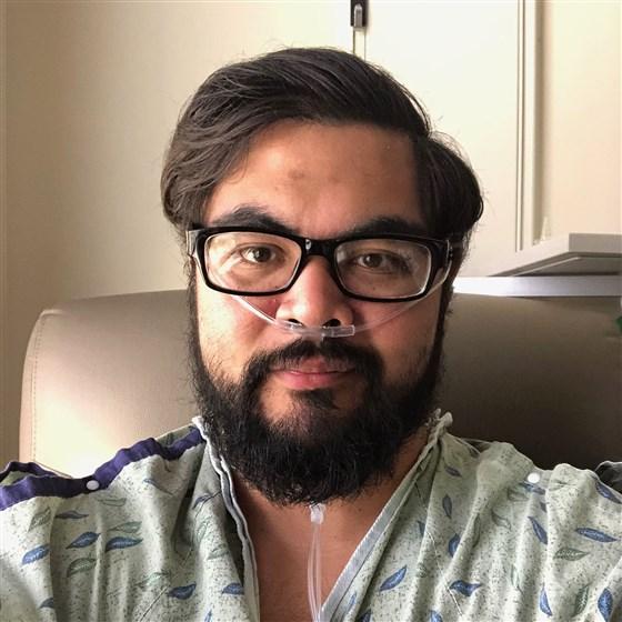 Un hombre sano de 30 años fue a un bar lleno de gente. Terminó en un hospital con un tubo de respiración.