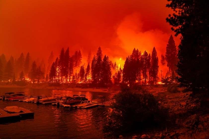 El calor extremo y la rara nieve de verano trajeron tormentas de fuego sin precedentes en la Costa Oeste