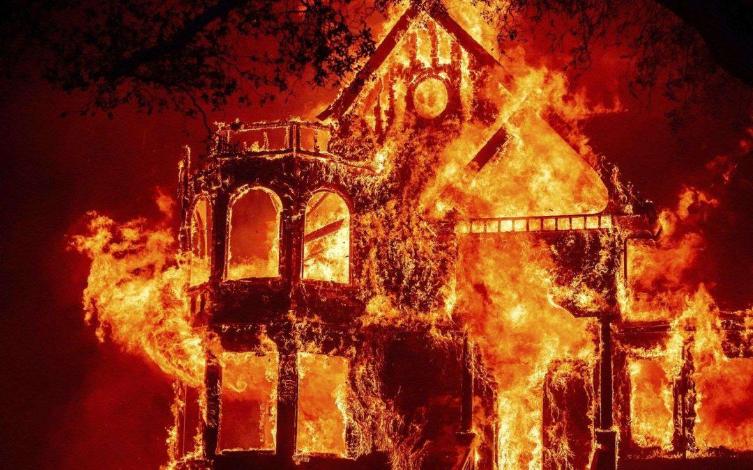 Dos nuevos incendios en California arrasan con casi 10,000 acres en un solo día. Las llamas obligan a evacuar un hospital