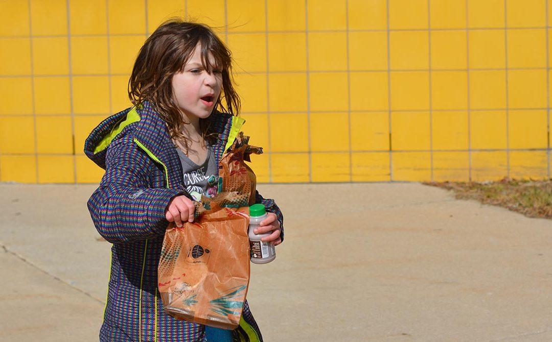 Líderes de educación de Michigan seguirán suministrando comidas escolares