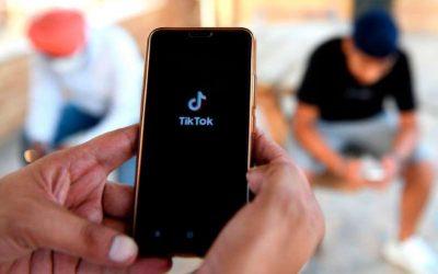 """Bebé """"roba"""" el celular a su mamá y se hace tremendamente viral en TikTok"""