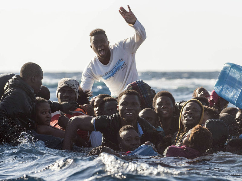 Veinte migrantes se ahogan en un naufragio en Libia