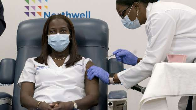 Una enfermera de Nueva York es la primera en recibir la vacuna de Pfizer contra el coronavirus en Estados Unidos