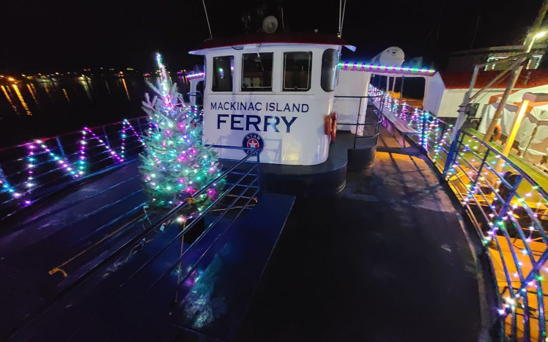 El ferry de invierno de la isla Mackinac se deleita con las luces navideñas y el árbol de Navidad en la cubierta
