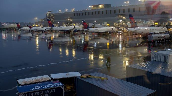 Un pasajero de Delta que saltó de un avión en movimiento con un perro supuestamente estaba a punto de perder el control