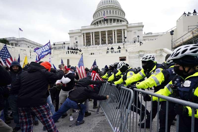 Fallece un policía del Capitolio herido en el asalto al Congreso. Es la quinta víctima mortal relacionada con estos hechos