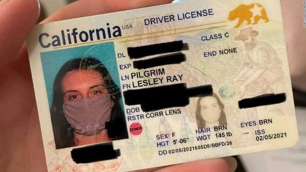 Una mujer de California recibió una tarjeta de identificación con una foto de ella usando una máscara facial