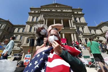 Juez desestima los cargos contra 6 peluqueros en protesta en Michigan