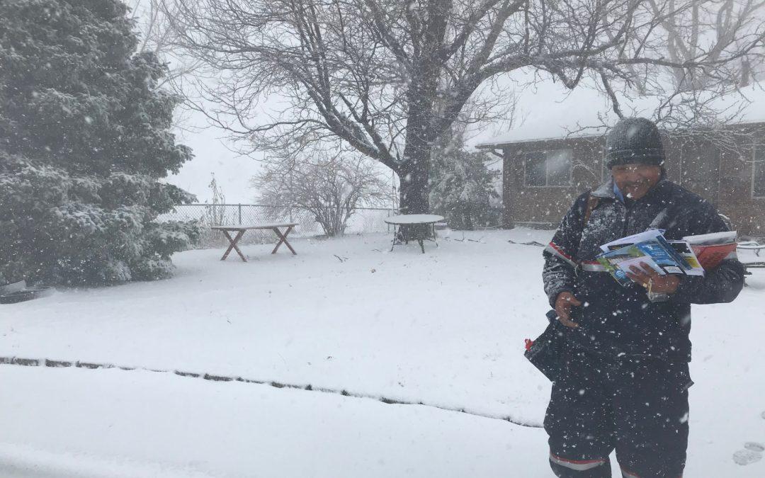 Los repartidores de correo luchan contra el frío brutal para hacer entregas