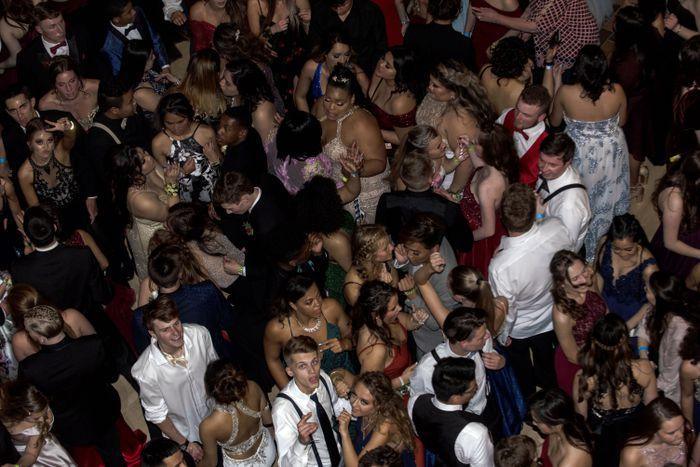 Las fiestas de Prom salen al aire libre tradicional en el segundo año de pandemia en Michigan