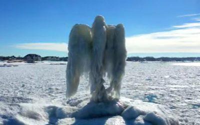 Aparece un 'ángel de hielo' a orillas del lago Michigan