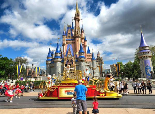 Disney World le paga a sus empleados para que reciban la vacuna de la COVID-19