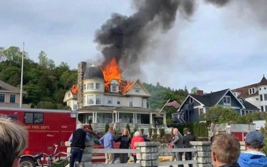 Bombero de West Michigan ayuda a combatir el fuego mientras está de vacaciones en la isla Mackinac